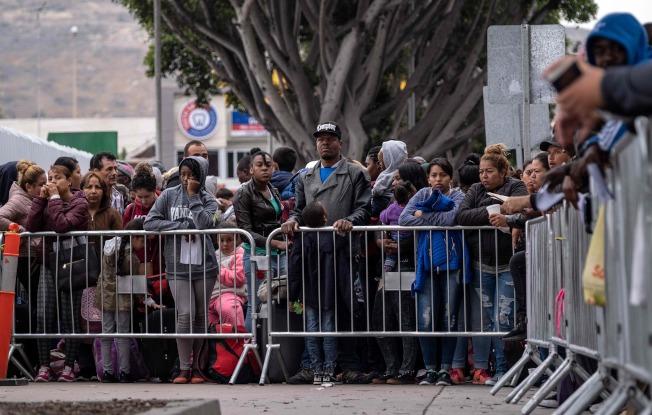 川普对墨西哥货物加税,压迫墨西哥政府协助防堵无证移民进入美国。图为大批中美洲无证移民等候进入美国申请庇护。 (Getty Images)