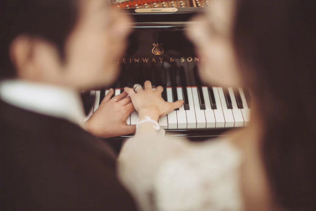 中国钢琴家郎朗在微博晒婚纱照。 (取材自微博)