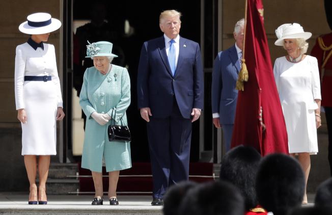 英国女王伊莉莎白二世(左二)3日以隆重军礼仪式,欢迎川普总统夫妇来访,王储查理王子及夫人在旁。 (美联社)