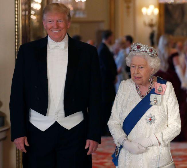 英国媒体嘲笑川普总统的身材,指他「上下一般粗」。图为川普穿着燕尾服出席英国女王举行的国宴。 (Getty Images)
