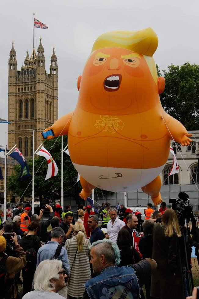 反川普团体四日在伦敦国会广场让川普婴儿气球升空,讽刺川普像个还包着尿布的小孩。 (Getty Images)