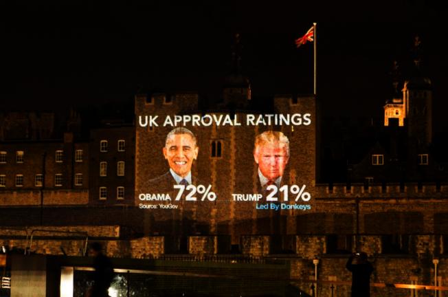 伦敦塔桥的墙面上,投影川普和欧巴马的支持率。截自推特