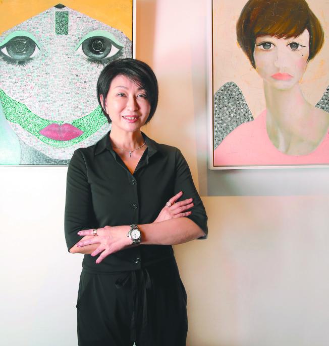 杨林开画展,站在「自画像」前留影。 (记者侯永全/摄影)