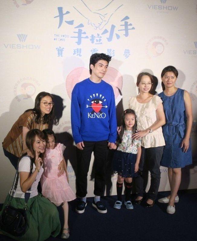 林哲熹(中)担任爱心大使,鼓励听障小朋友走进戏院欣赏电影。 (记者苏咏智/摄影)