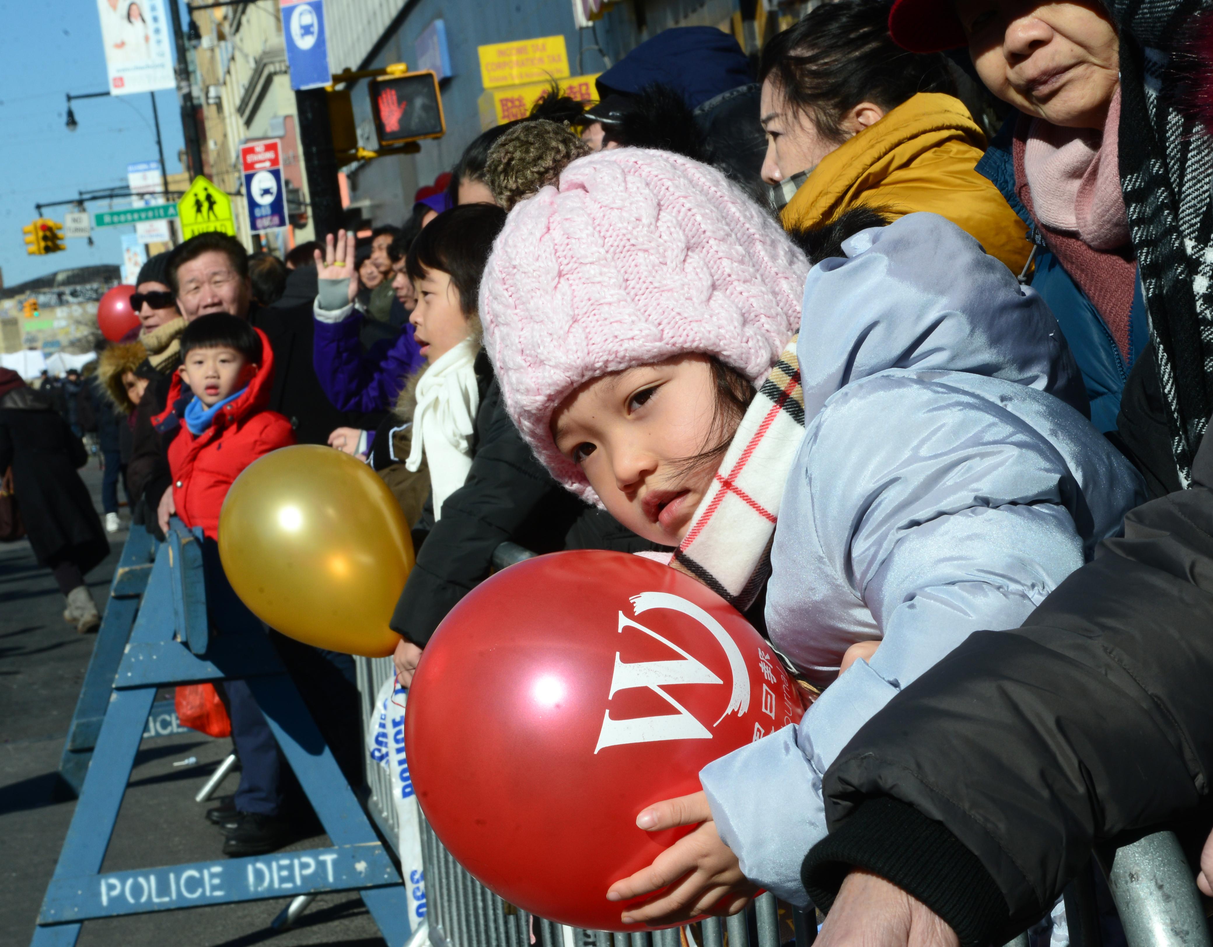 小朋友手捧世界日報氣球觀賞遊行