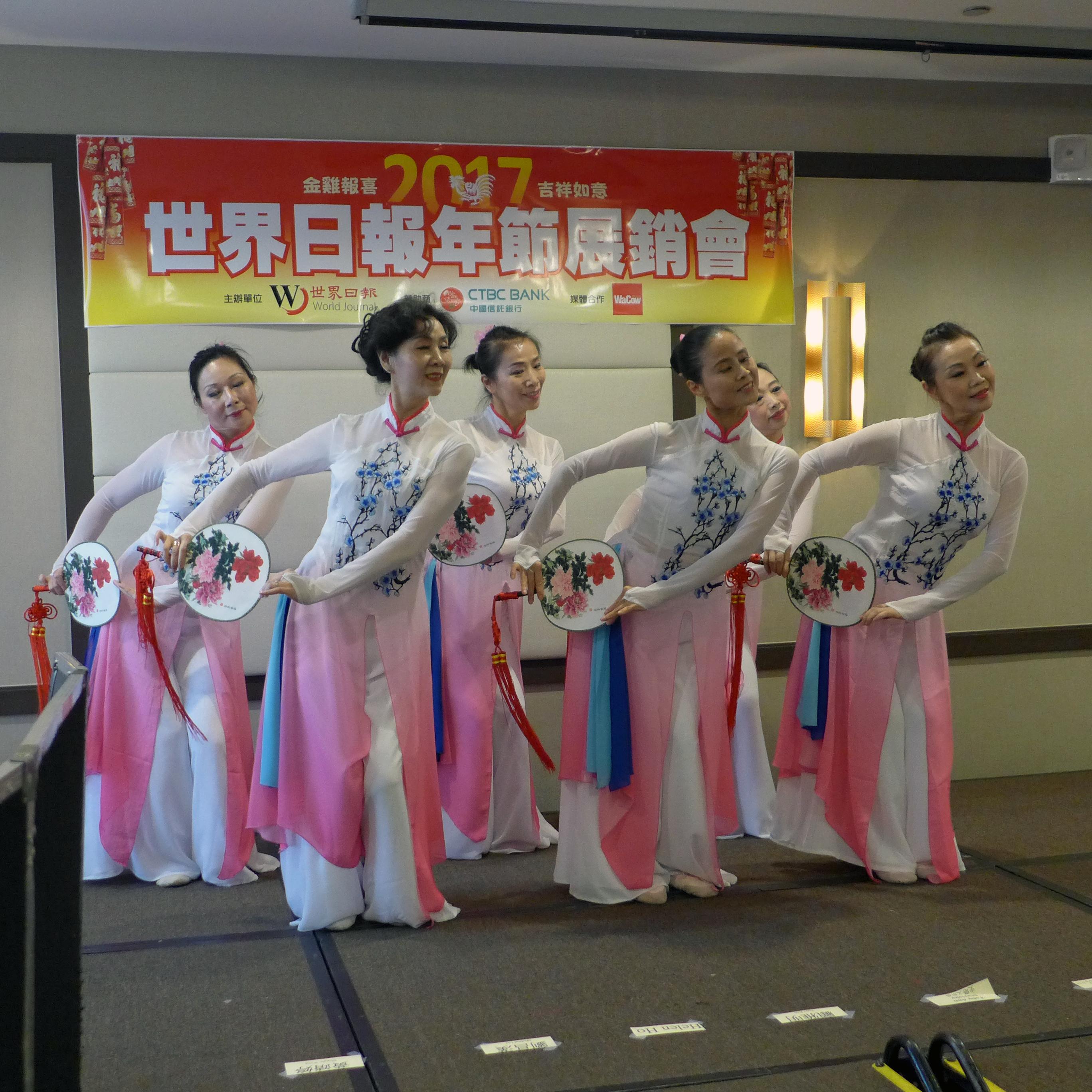 現場的精彩民俗舞蹈表演