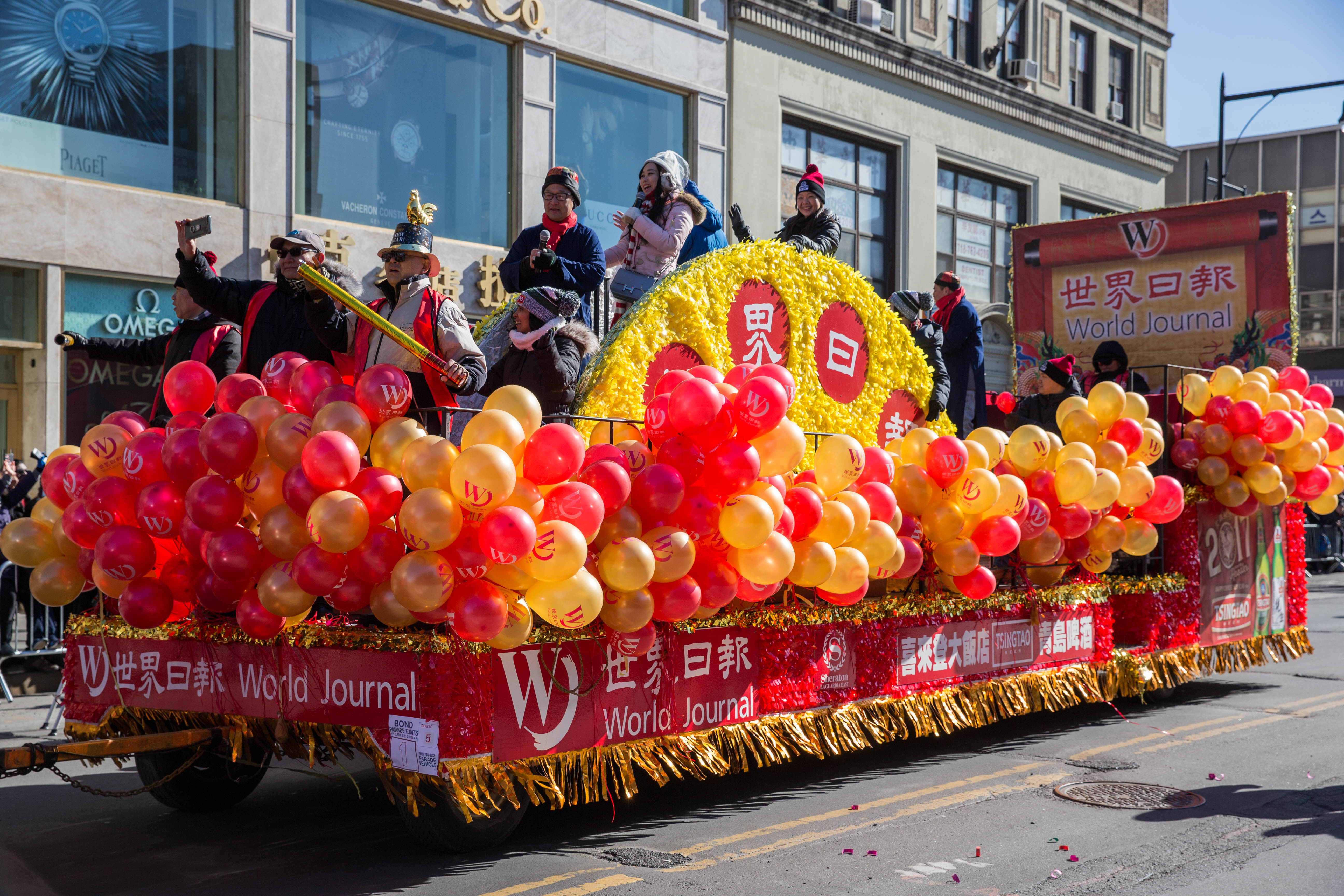 2017年法拉盛新春遊行世界日報向民眾問好