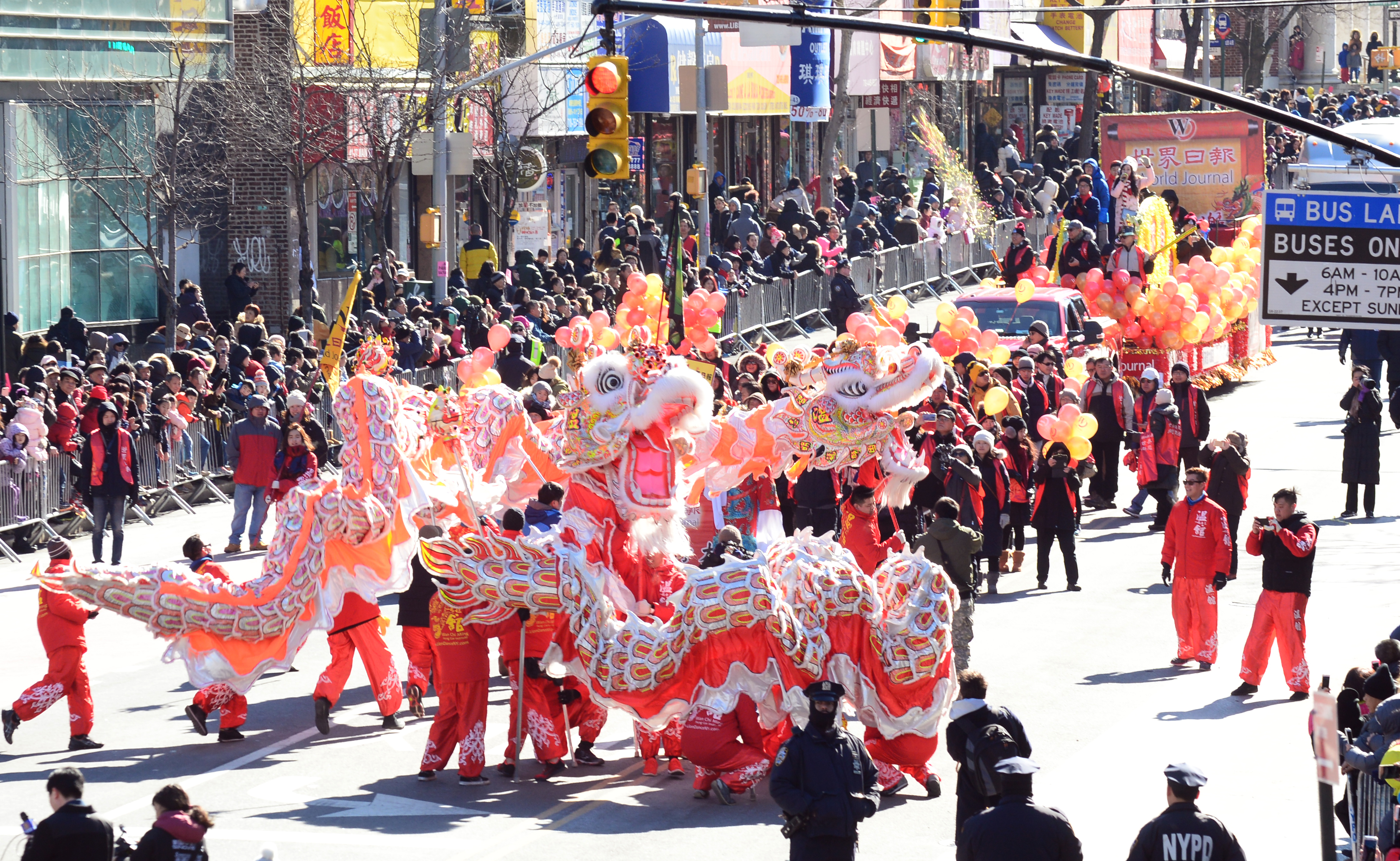 2017年法拉盛新春遊行世界日報隊伍中的舞龍增添喜慶氛圍