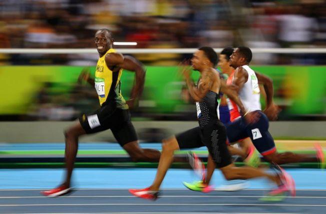 《體育新聞-單張》第三名,攝影記者Kai Oliver Pfaffenbach所拍攝。捕捉到被稱為「牙買加閃電」的短跑健將波特(Usain Bolt),在2016年里約奧運會百米半決賽中回頭笑看對手的畫面。(圖取自WorldPressPhoto官網)