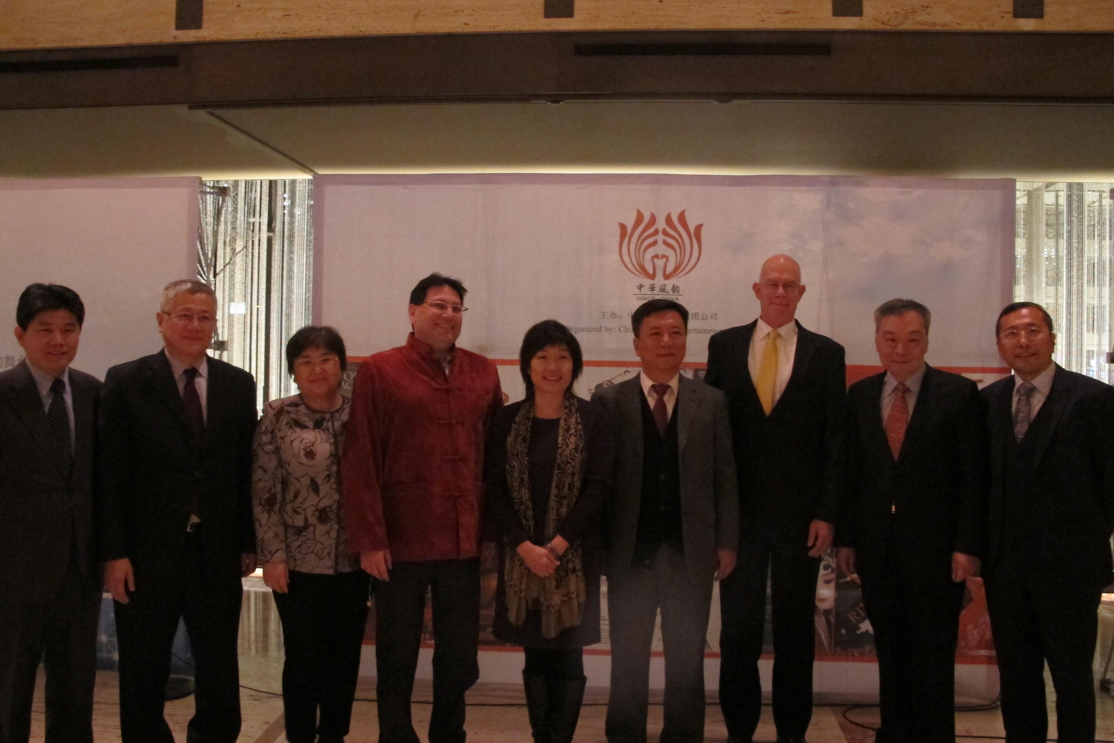 演出單位及贊助單位代表出席酒會,右一為中國對外文化集團副總監王修芹、右二為世界日報紐約社社長張漢昇、右四為中國歌劇舞劇院院長陶誠、右五為中國駐紐約總領事章啟月。