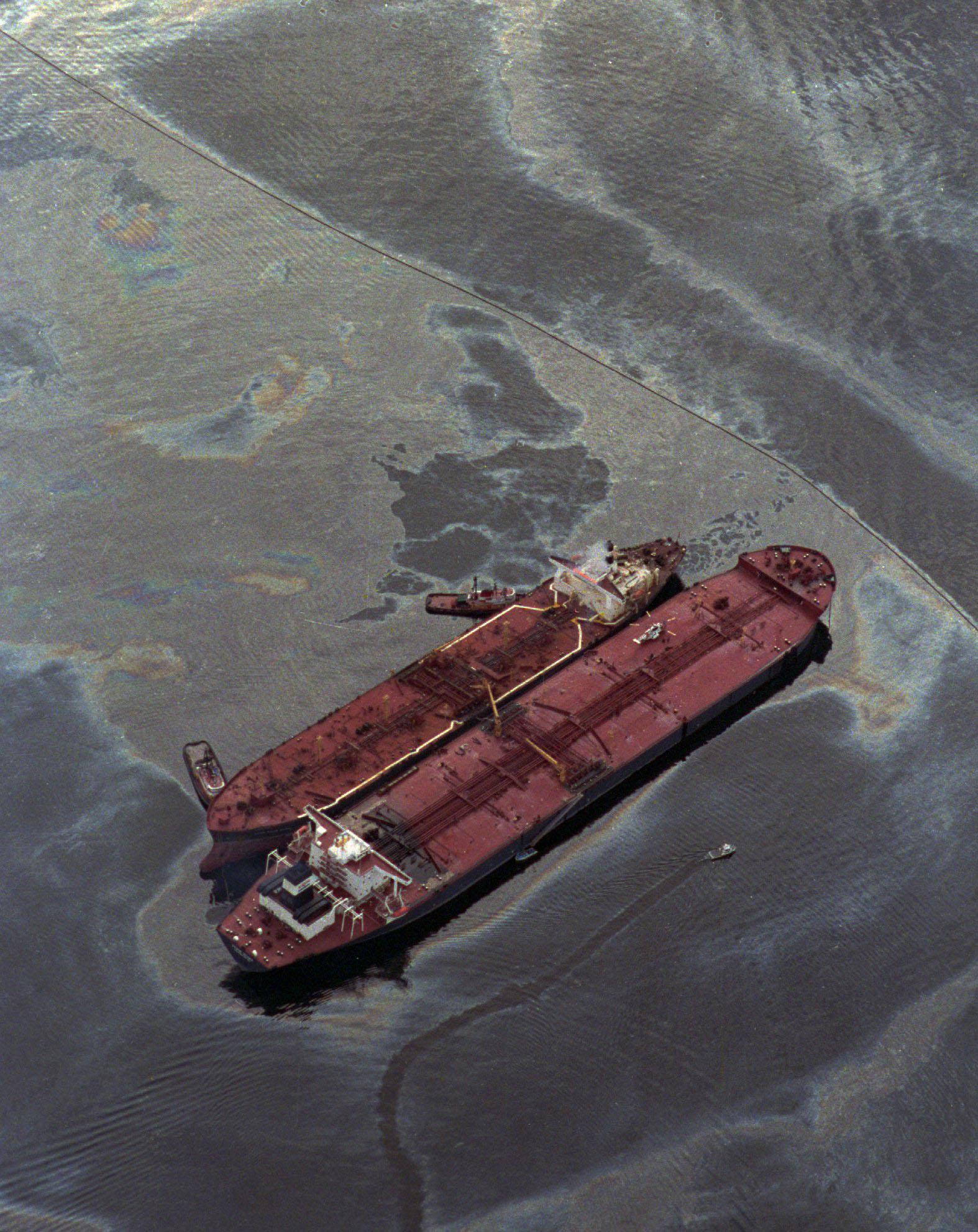 艾克森瓦爾迪玆號油輪觸礁溢出大量原油,另一艘油輪 Exxon Baton Rouge  (左),從瓦爾迪玆號抽取原油。圖:美聯社