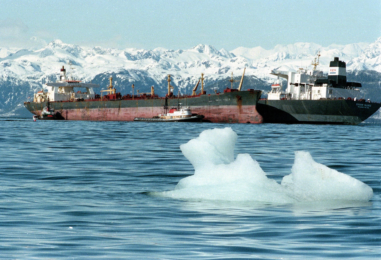 艾克森瓦爾迪玆號油輪觸礁溢出大量原油,另一艘油輪 Exxon Baton Rouge  (前),從瓦爾迪玆號抽取原油。前方為哥倫比亞冰河上的浮冰。圖:美聯社