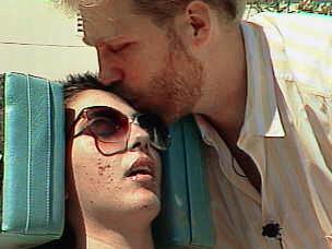 1999 年9月13日,Michael Schiavo 親吻著特麗 。 (美聯社)