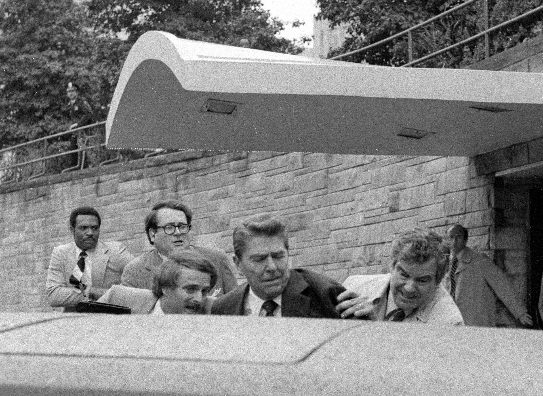 特勤人員 Jerry Parr (右)迅速將雷根推進座車。(美聯社)
