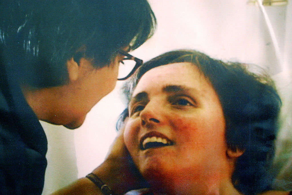 特麗的母親照顧女兒。( Getty Images)