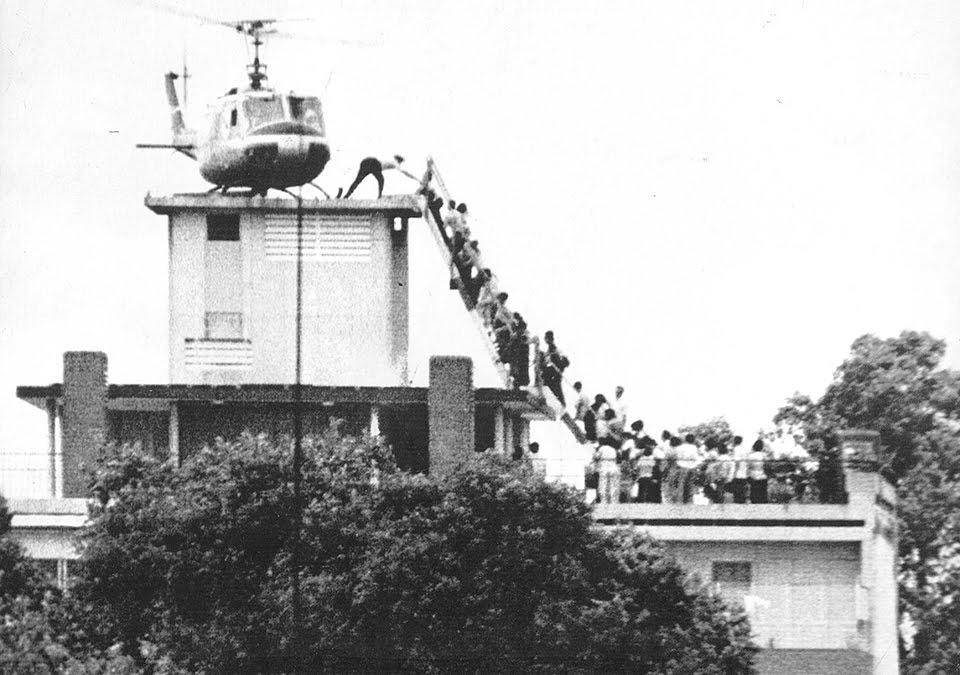圖三:美軍直升機29日在西貢市的屋頂上載運撤離人員。Getty Images