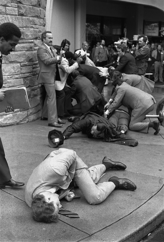 特勤麥卡錫因擋住其中一顆子彈,受傷倒地(前),後側為警官Delehanty及布雷迪。(美聯社)