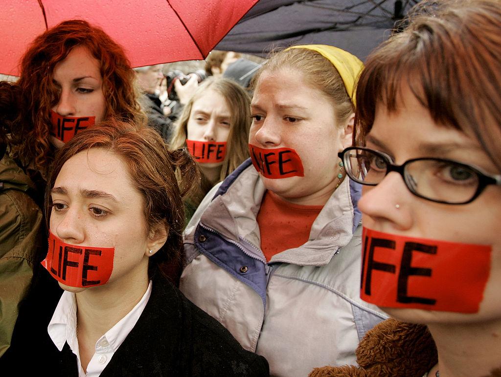 2005年3月28日,支持者在白宮外為特麗請命。(Getty Images)
