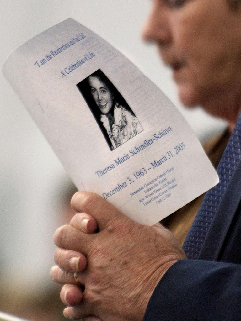 2005年4月12日,民眾出席特麗追思會。(Getty Images)
