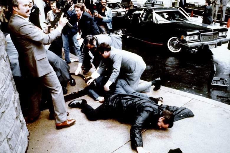 白宮攝影師Mike Evens拍下警官Delehanty被擊中倒地及特勤人員的反應。(Getty Images)