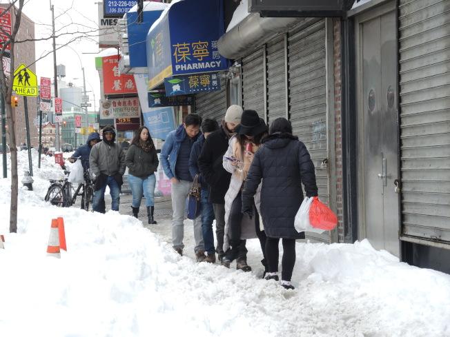 房東房客和小商業者都有義務在規定的時間內清掃門前的積雪,方便行人過路。(記者尹英姿/攝影)