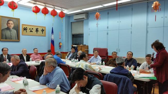 王張令瑜(右一)於中華公所常務會議上報告該校教學成果。前排左一起為鄧學源、蕭貴源、伍籍泮。(記者許雅鈞/攝影)