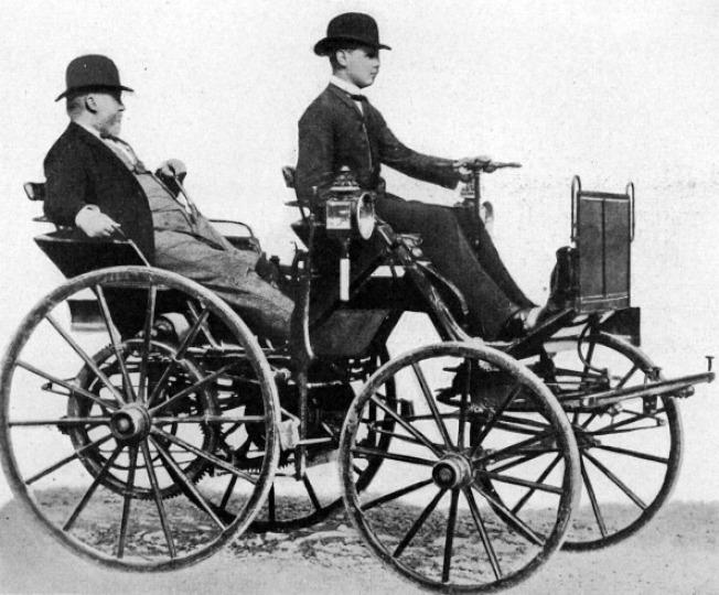 歷史上的今天:圖為戴姆勒(左)1886年乘坐他發明的四輪汽車。(文:許振輝/圖:Getty Images)