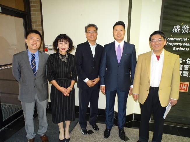 結合保險與理財,是新的風險管理產品,AIG業務代表顏琦(左一)、譚秋晴(左二)日前在蕭雲祥(右一)主持的投資座談會中,與民眾分享新的保險概念。