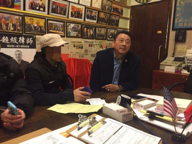 溫先生的侄子(左)於6日前往亞總會向陳善莊(右)求助。(記者黃伊奕/攝影)