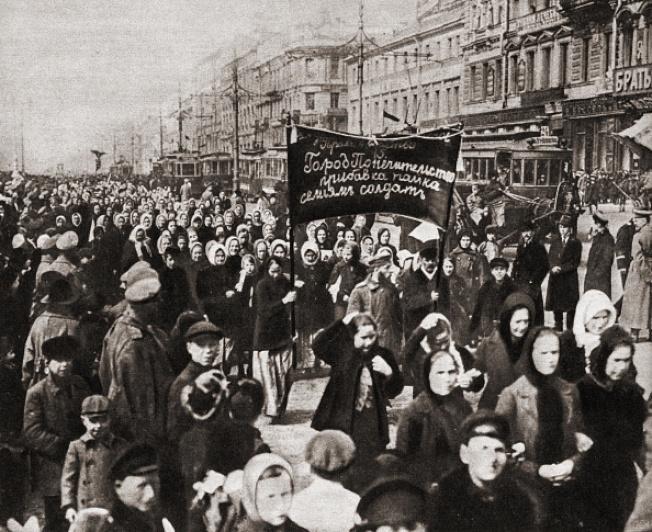 1917年俄帝時代,數萬名女工,於3月8日在聖彼得堡舉行罷工遊行,提出「麵包與和平」(Bread and Peace)的訴求,要求對士兵家庭的麵包配給,並呼籲結束一次大戰。為支援婦女的抗爭,全市工人也響應罷工。(文:許振輝/圖:Getty Images)