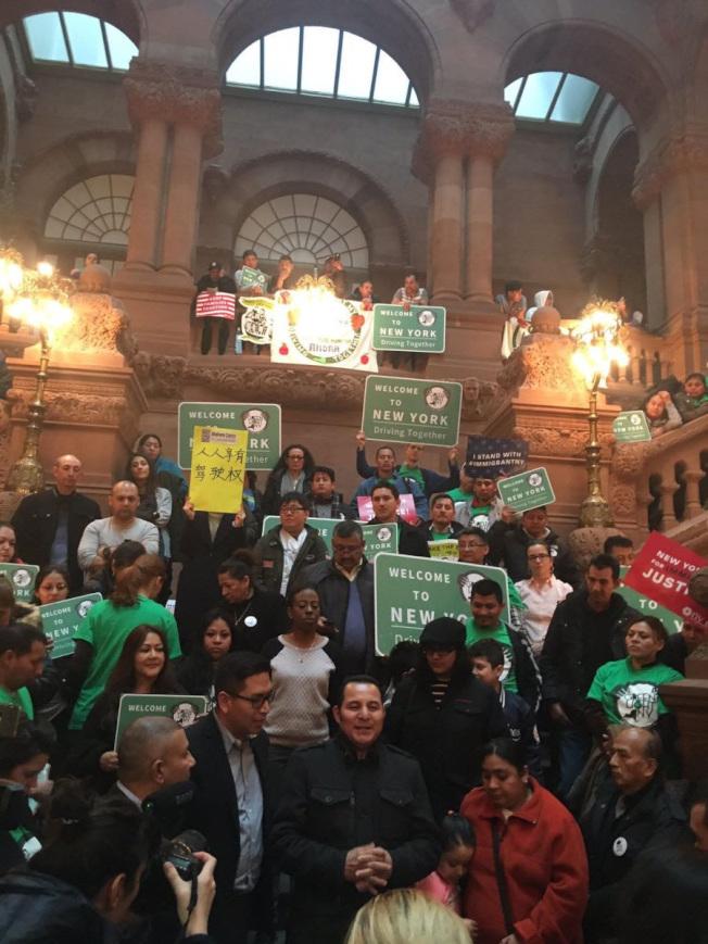 移民維權組織在州議會集會,呼籲通過立法給紐約州無證移民發駕照。(紐約移民聯盟提供)