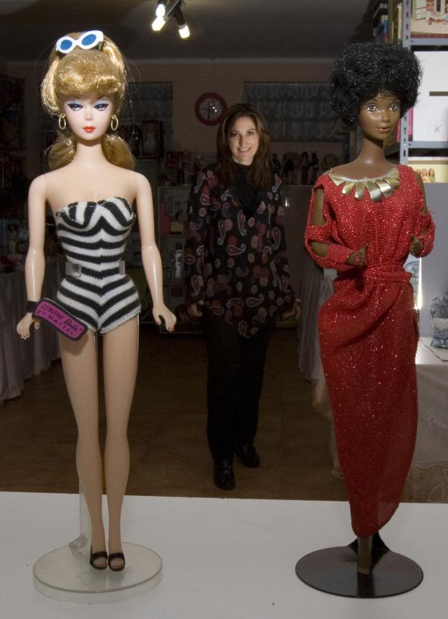 芭比娃娃1959年3月9日問世(左),右為50年後的新造型。(美聯社)