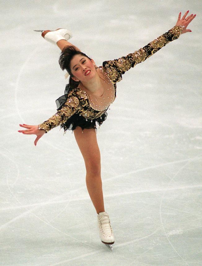 Kristi Yamaguchi在1992年冬季奧運女子花式滑冰決賽,以完美無缺的動作,獲得金牌。(Getty Images)
