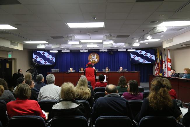 洛城市政廳舉行聽證會,其中關於地方警察該如何進行移民執法的聽證吸引90多人作證。(記者羅曉媛/攝影)