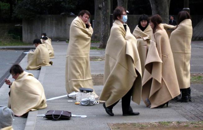 橫濱市疏散到戶外的居民,夜裡披著毯子避寒。(文:許振輝/圖:美聯社)
