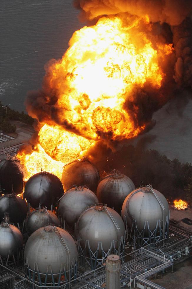 千葉縣市川市一家石化工廠因強震發生大火。(文:許振輝/圖:美聯社)
