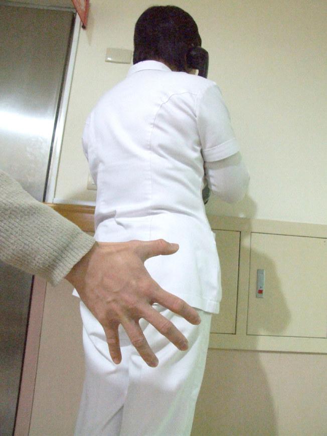 作者認為,由性別相同的護士幫病人洗澡,可避免性騷疑慮。(本報資料照片)