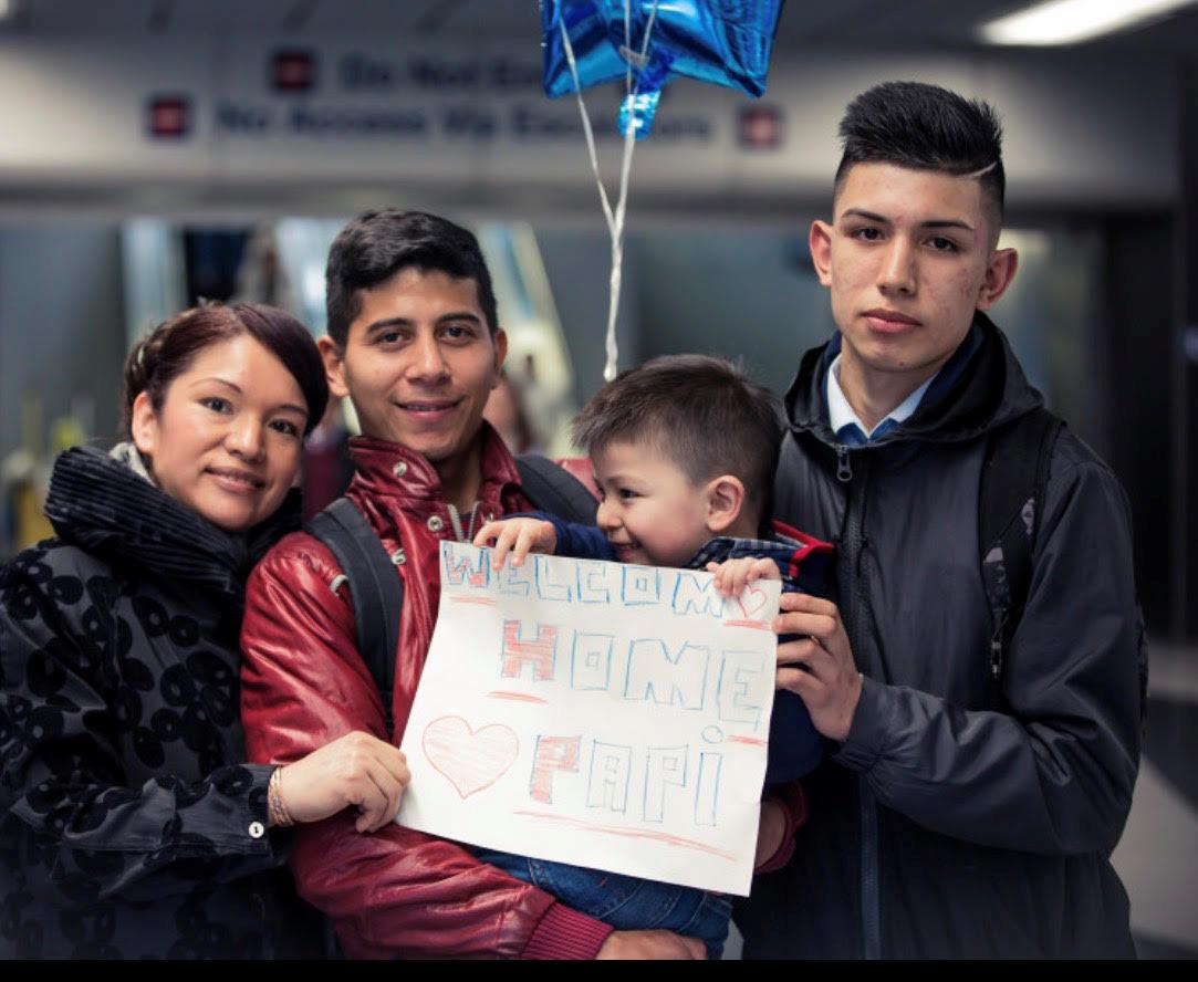 42歲的墨西哥裔婦女亞瑞藍諾(圖左一),15日向ICE報到時,獲得可再留一年的資格。(亞瑞藍諾臉書截圖)