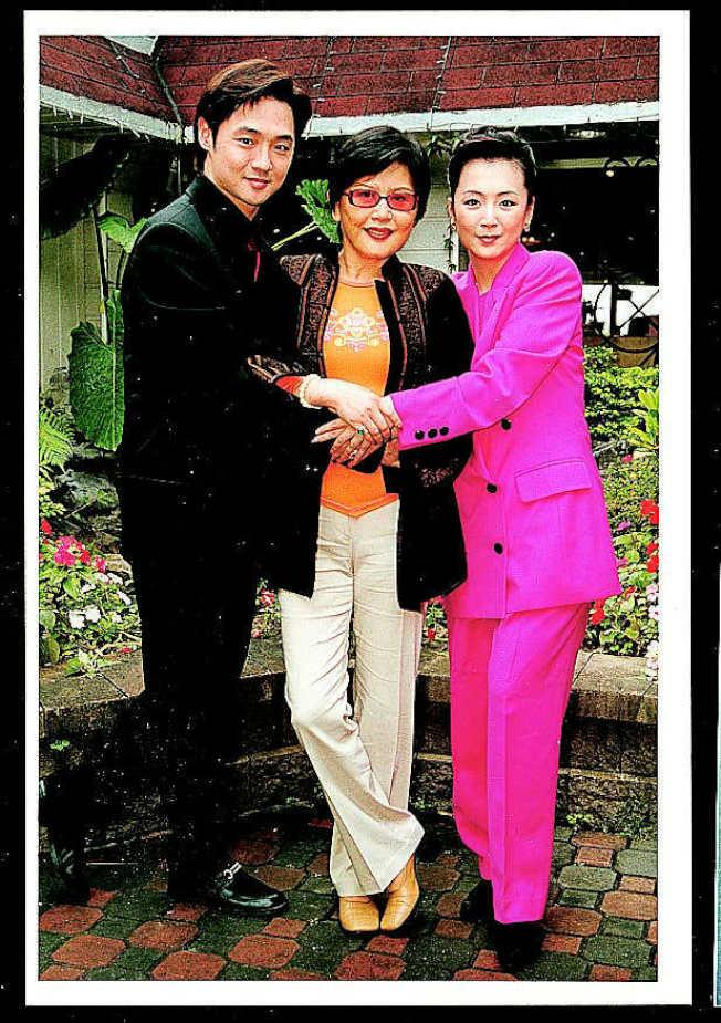 陳麗麗(中)2001年演出大愛戲劇「再愛一次」,並和趙永馨(右)、宋逸民合作。(本報資料照片)