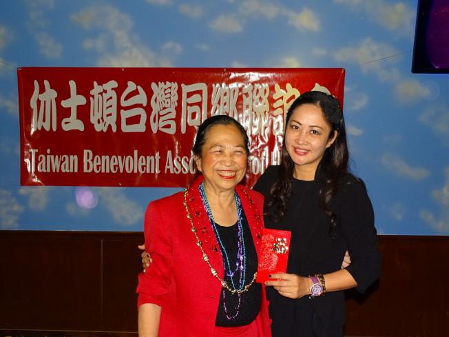 應邀出席的Tara電力公司負責人黃琛(右)幸運抽得賴清陽律師提供的現金獎。