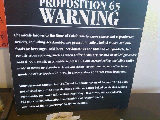 星巴克咖啡店裡65號提案的警告標誌。(記者張越/攝影)