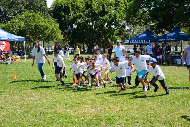 南佛州聯合中校運動會遊戲之一,小朋友們賽跑。(圖:陳肇華提供)