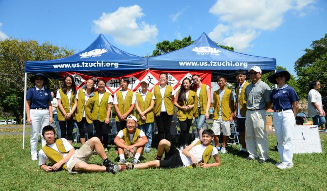 南佛州中校聯合運動會中,統籌遊戲活動的慈濟邁阿密人文學校志工和青少年志工團合影。(圖:陳肇華提供)