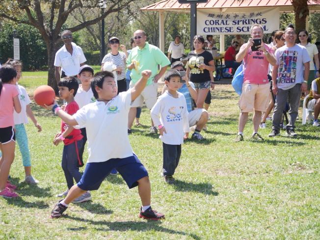 南佛州中校聯合運動會中的球賽遊戲之一,小朋友正準備投球。(圖:蔡長治提供)