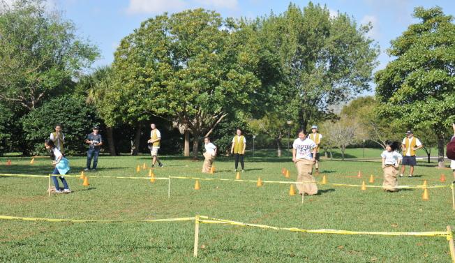 南佛州中校聯合運動會遊戲之一,小朋友們比賽跳麻袋障礙賽。(圖:蔡長治提供)