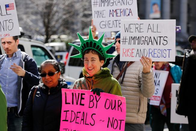 超過半數美國人認為應該允許無證移民獲得合法身分和轉公民。(Getty Images)