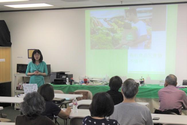 休士頓光鹽社18日上午邀請到營養師龐家慧來幫助民眾解開對有機食品的疑惑。(記者郭宗岳/攝影)