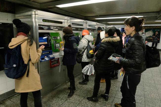 大批民眾18日趕著在法拉盛地鐵站加值。(記者朱澤人/攝影)