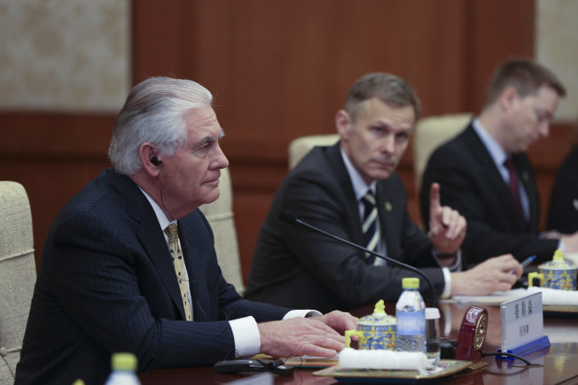 美國國務卿提勒森(左)與中國國務院國務委員楊潔篪在北京晤面。(路透)
