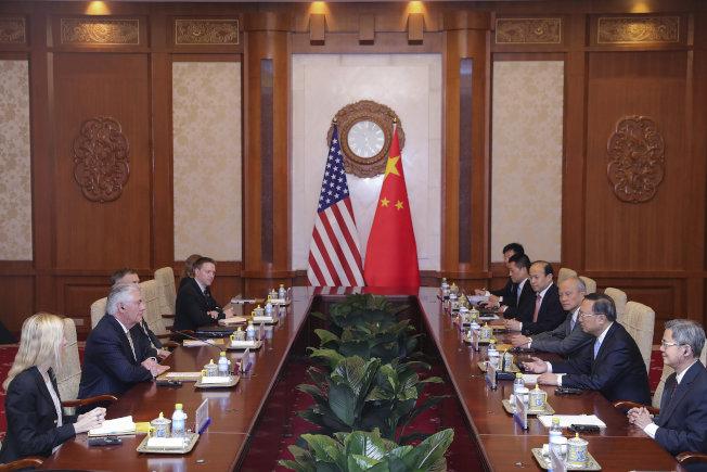 美國國務卿提勒森(左二)與中國國務院國務委員楊潔篪(右二)在北京晤面。(路透)
